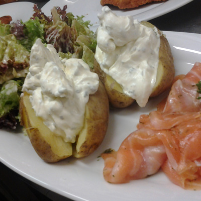 Ofenkartoffeln mit Kräuterquark und Räucherlachs